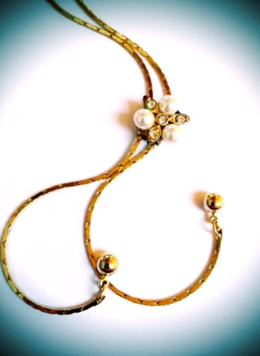 Adjustable gold necklace with pearl and diamante 2